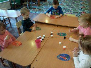 Изготовление пасхальной открытки детьми младшей группы